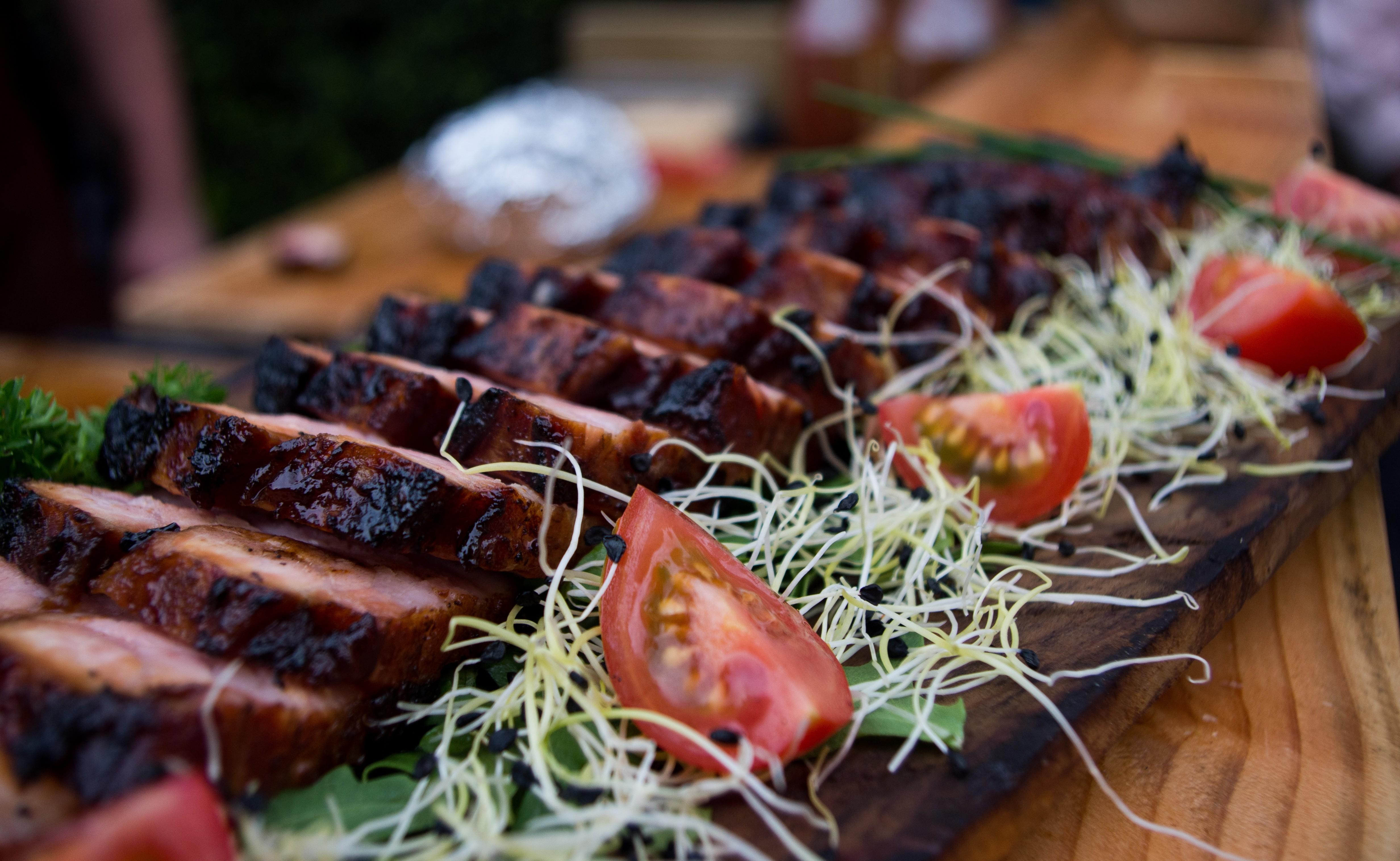 Stukjes vlees op een plankje
