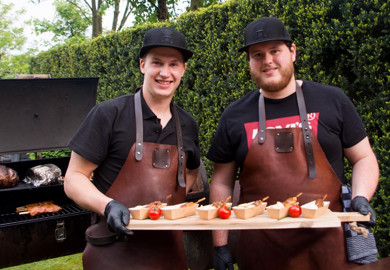Chiel Mennen en Guus Geven met een plank vol saté stokjes